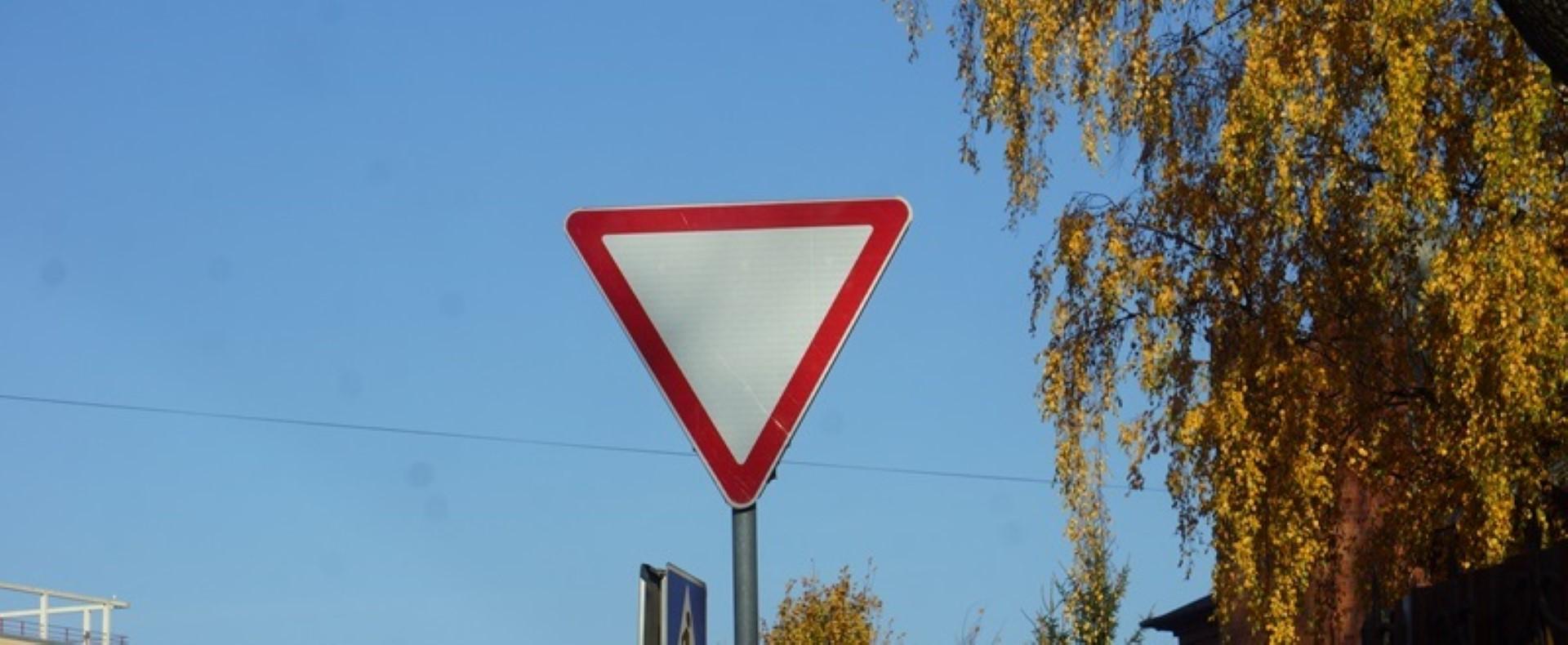 Знак уступи дорогу на перекрестке: как выглядит, что означает по ПДД